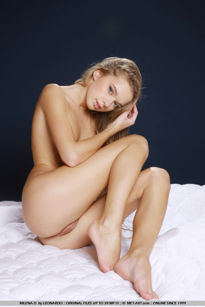 рожеві трусики на молодої блондинці Milena D