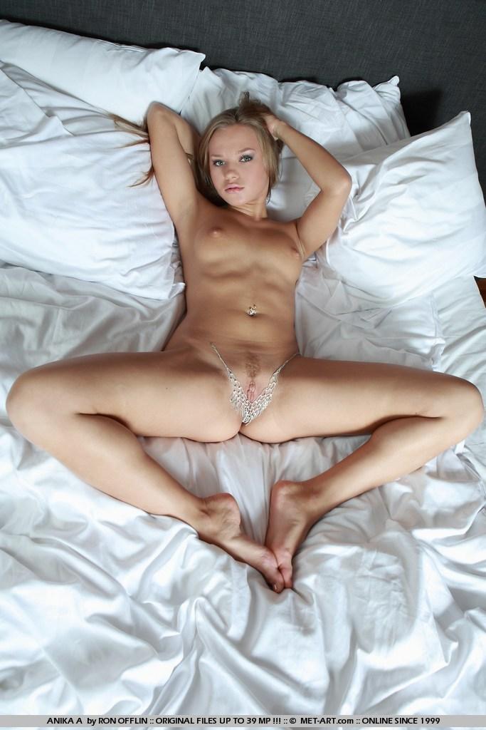узкая щелочка Anika A