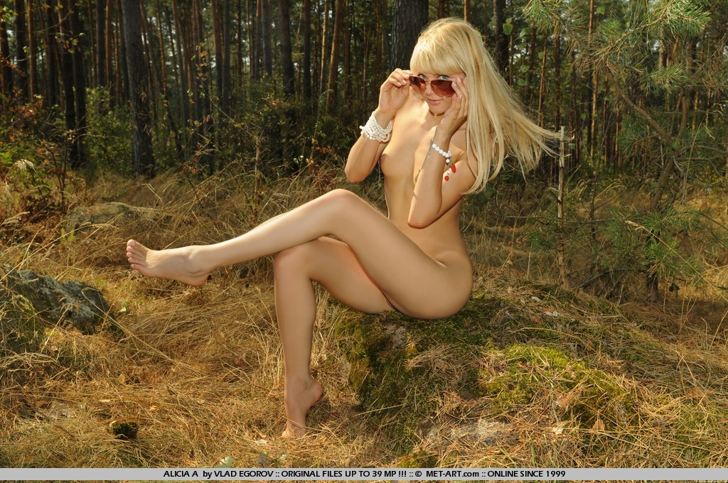Порно фото блондинки в лесу