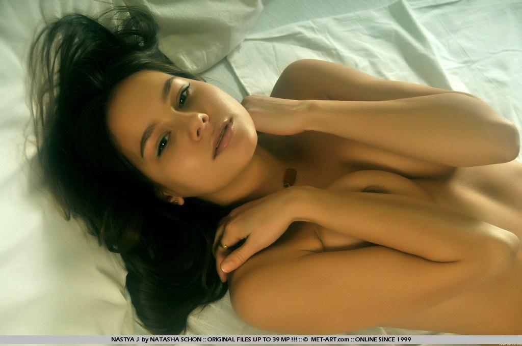 красивое голое молодое тело брюнетки Nastya J