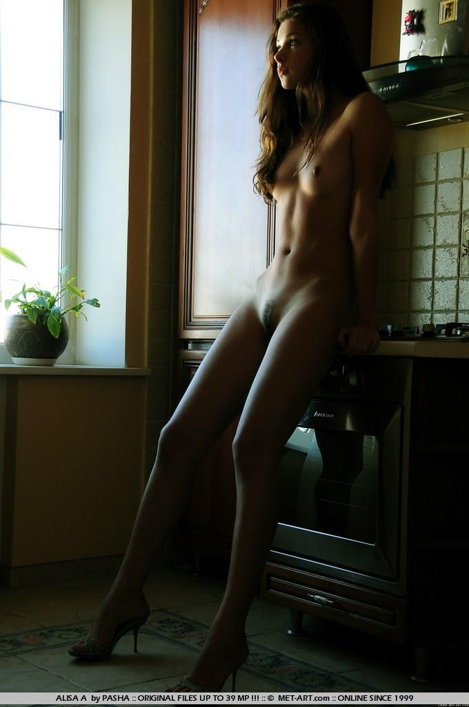 молода брюнетка Alisa A оголила свої маленькі цицьки