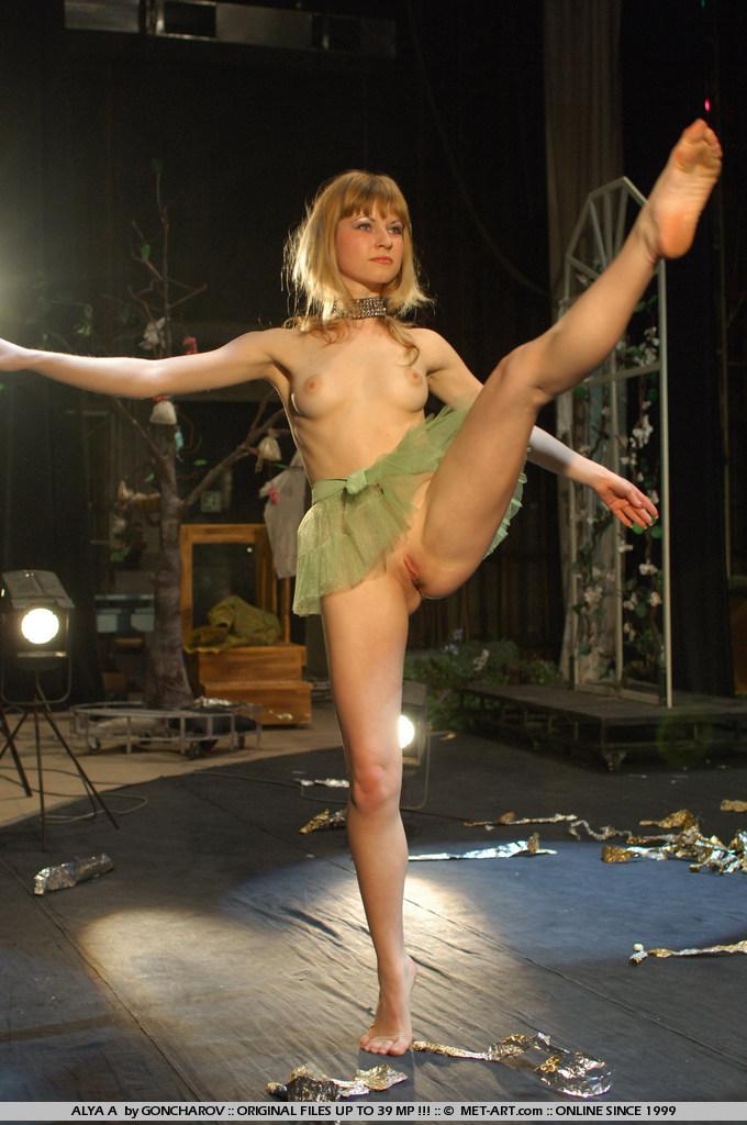 Фото танцовщиц голых