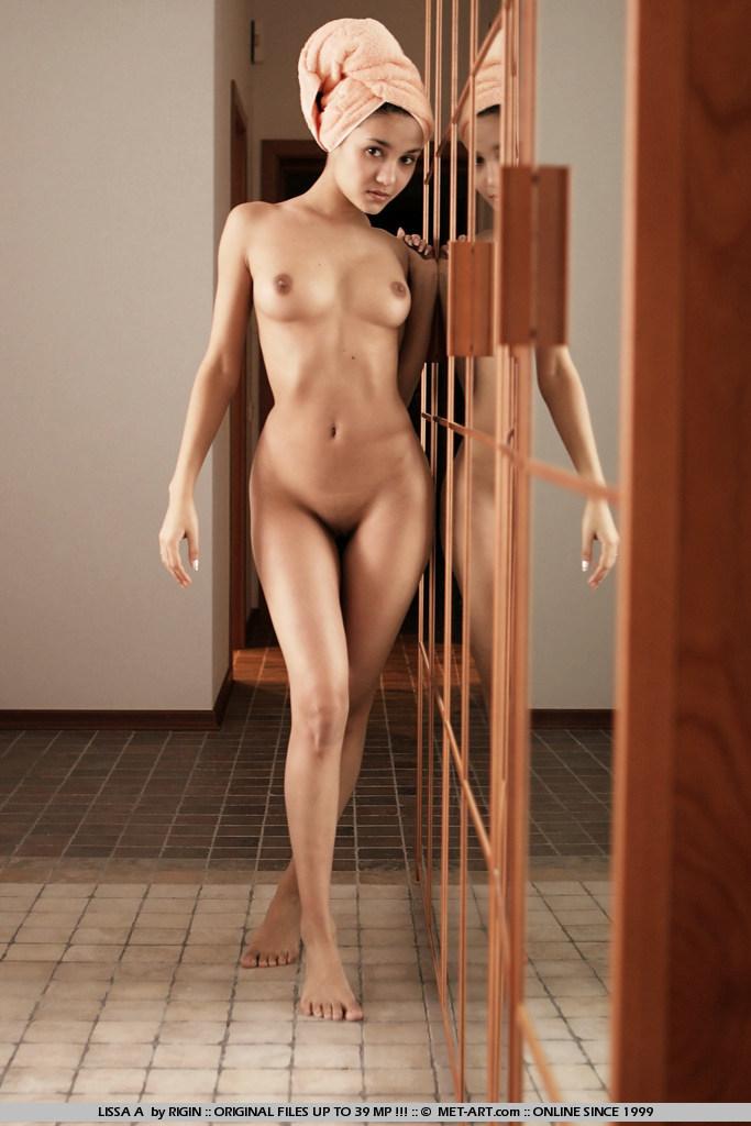 стройная молодая брюнетка Lissa A