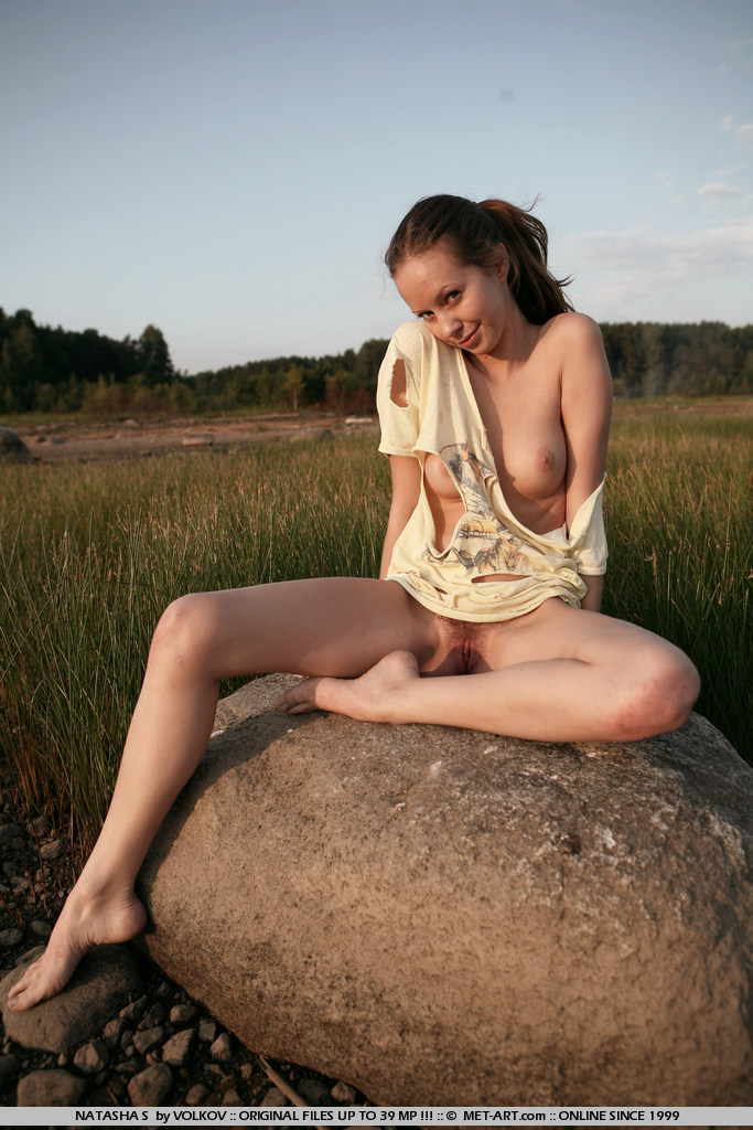 Natasha S позирует свое красивое молодое тело