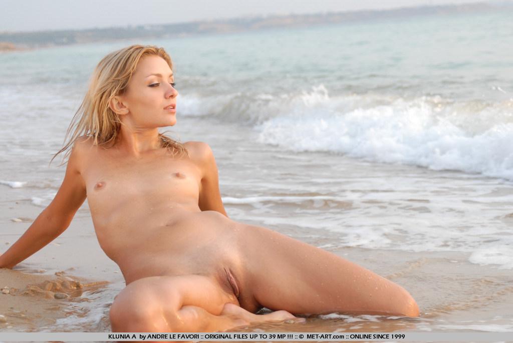 голые на берегу фото